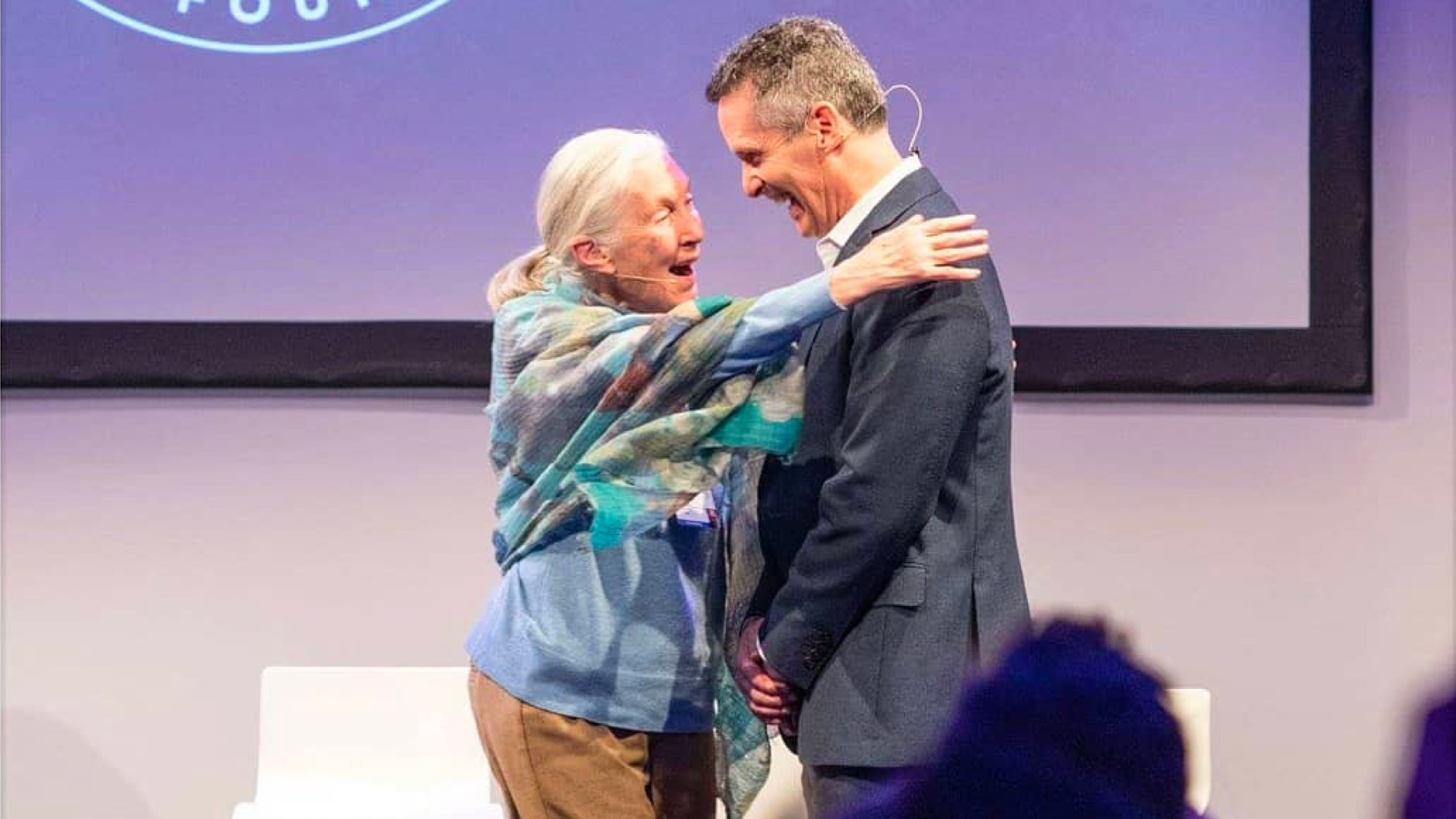 Jane Goodall omhelst Dan Springer